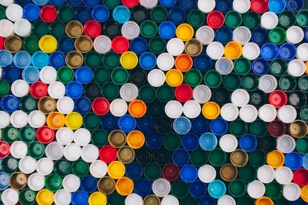 Nenhum conceito de plástico. conceito de problema de poluição. fundo colorido de tampas plásticas diferentes. diga não ao plástico descartável. recusar conceito de plástico de uso único Foto Premium