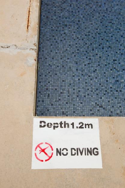 Nenhum mergulho e saltando sinal Foto Premium
