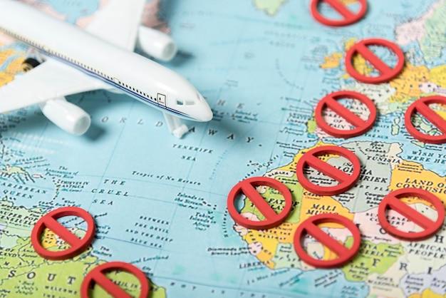 Nenhum símbolo e avião no mapa Foto gratuita