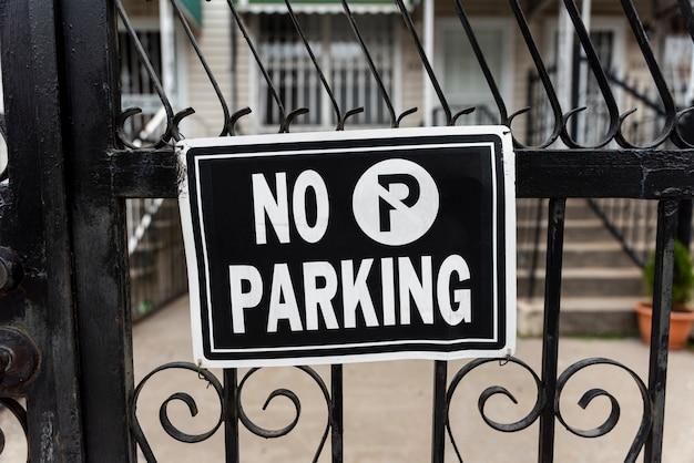 Nenhum sinal de estacionamento na vedação Foto gratuita