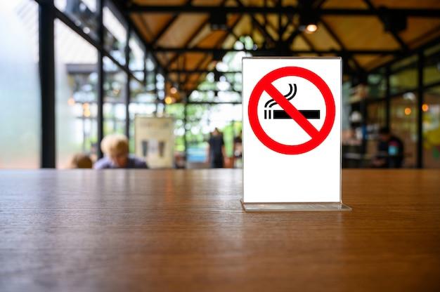 Nenhum sinal de fumar na mesa de madeira Foto Premium