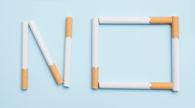 Nenhum texto feito com cigarros contra o pano de fundo azul Foto gratuita