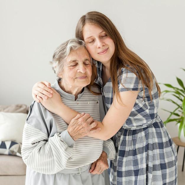 Neta, abraçando a avó com amor Foto gratuita