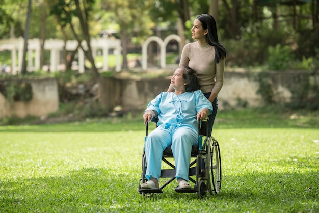 Neta, falando, com, dela, vó, sentando, ligado, cadeira rodas, alegre, conceito, família feliz Foto gratuita