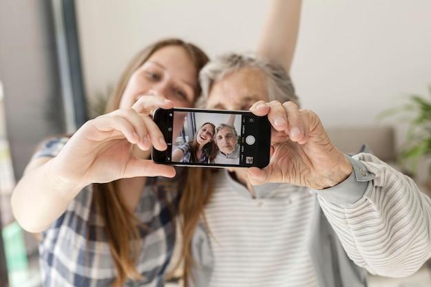 Neta tomando selfie com a avó Foto Premium