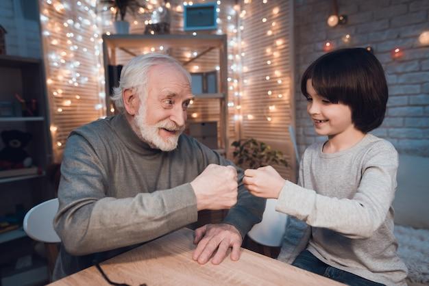 Neto, com, avô, jogo, pedra papel, tesouras Foto Premium