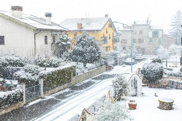 Neve caindo na cidade no inverno Foto Premium