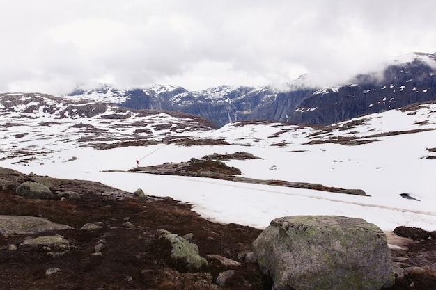 Neve fica antes do rock azul na noruega Foto gratuita