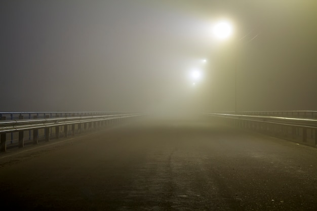 Névoa espessa sobre estrada vazia à noite Foto Premium