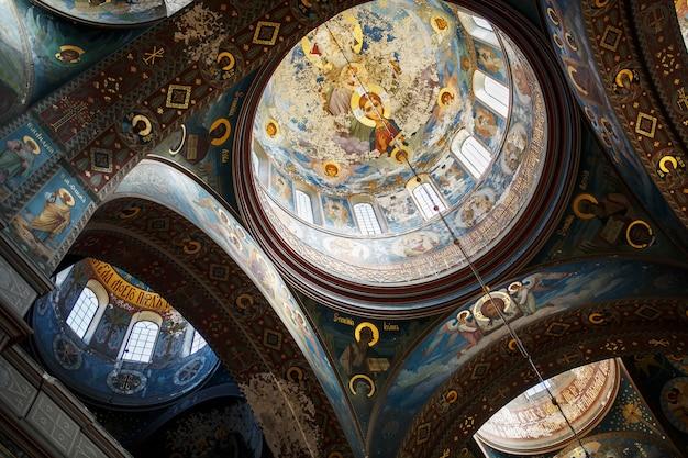 New athos, abkhazia georgia belo interior e afrescos pintados escuros do mosteiro ortodoxo novy afon, abkhazia Foto Premium