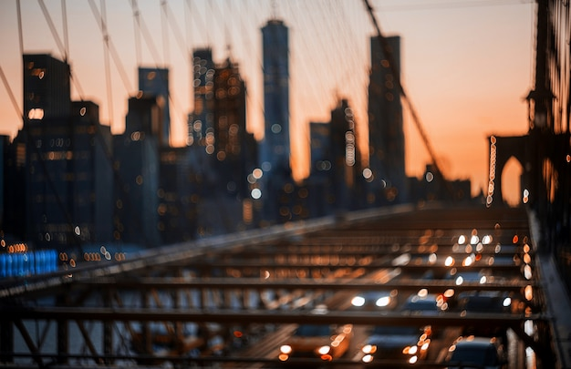 New york city brooklyn bridge defocused cidade abstrata luzes da noite Foto Premium