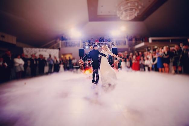 Newlyweds em sua primeira dança Foto gratuita