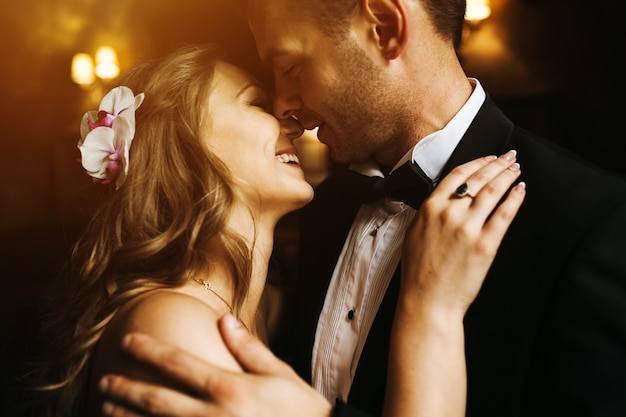 Newlyweds olhando para o rosto do outro e sorrindo Foto gratuita