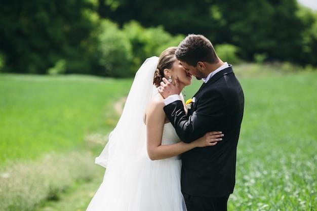 Newlyweds partilha de um beijo romântico Foto gratuita