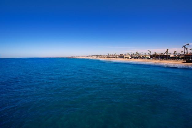 Newport beach na califórnia com palmeiras Foto Premium