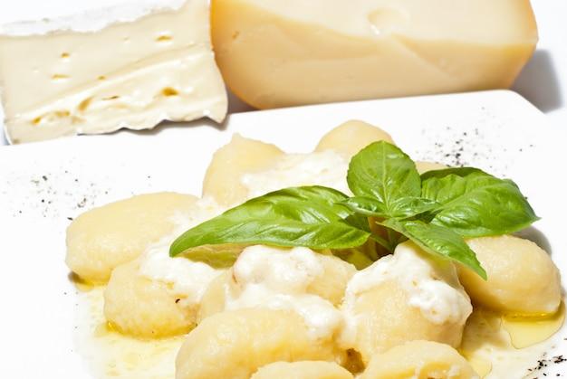 Nhoque recheado com quatro queijos Foto Premium
