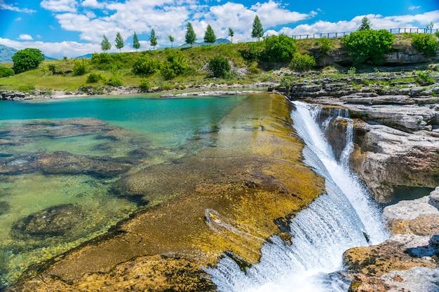 Niagara falls pitoresca no rio cievna. montenegro, perto de podgorica. Foto Premium