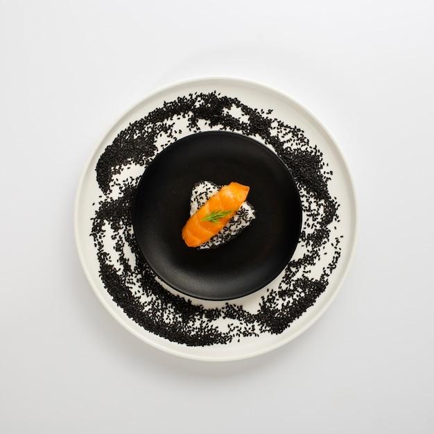 Nigiri de salmão liso leigos no arroz Foto gratuita