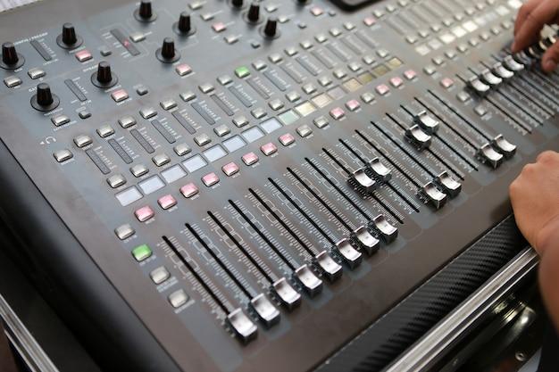 Níveis de som em um mixer de áudio profissional, painel de controle de música. Foto Premium