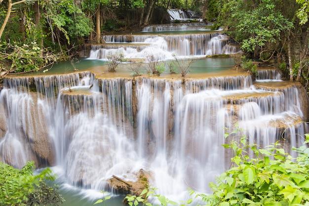 Nível quatro da cachoeira huai mae kamin em kanchanaburi, tailândia Foto Premium