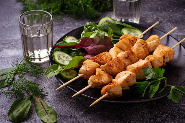 No espeto da galinha com salada verde. foco seletivo Foto Premium