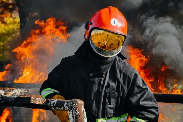 No incêndio, um bombeiro procura possíveis sobreviventes Foto Premium