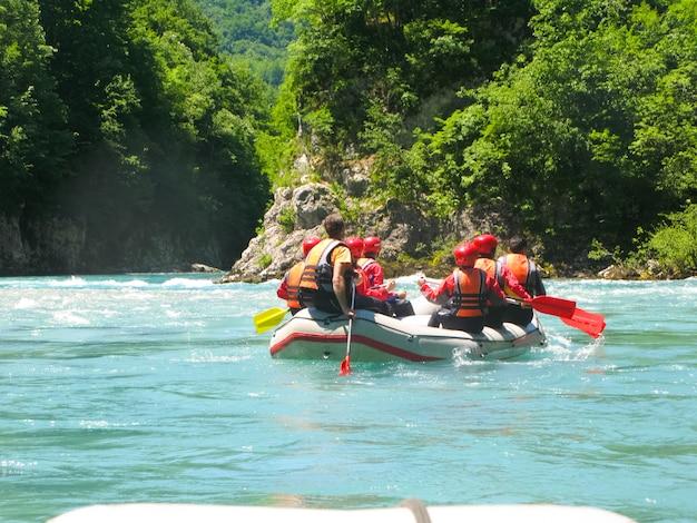 No norte do montenegro passou por competições em rafting. a competição contou com a participação de representantes de diferentes países. Foto Premium
