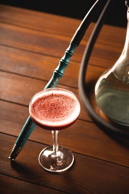Nocivo hábito de fumar um cachimbo de água em um bar para o conceito de relaxamento. Foto Premium