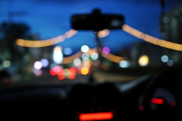 Noite abstrata do bokeh no carro no fundo da estrada. Foto Premium