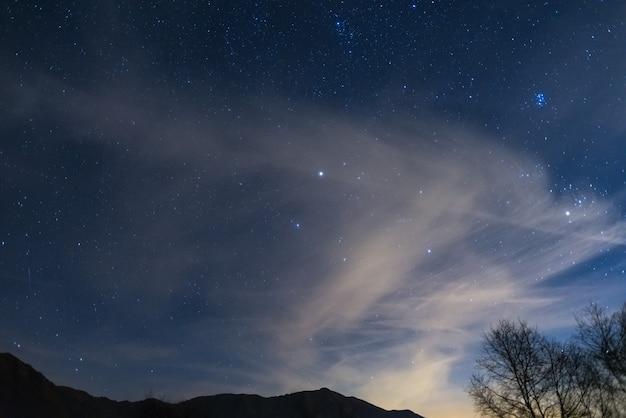 Noite de natal nos alpes sob o céu estrelado Foto Premium