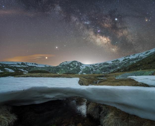 Noite nas montanhas Foto Premium