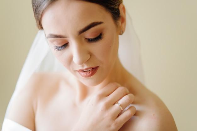 Noiva adorável está se preparando pela manhã Foto gratuita