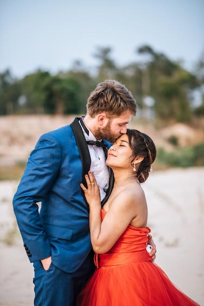 Noiva asiática e noivo caucasiano têm romance e feliz juntos Foto gratuita