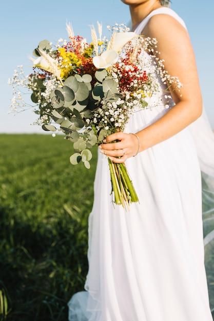 Noiva, com, buquê flores Foto gratuita