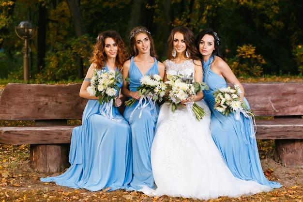 Noiva com damas de honra Foto Premium