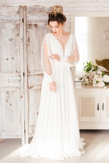 Noiva com vestido de noiva Foto gratuita