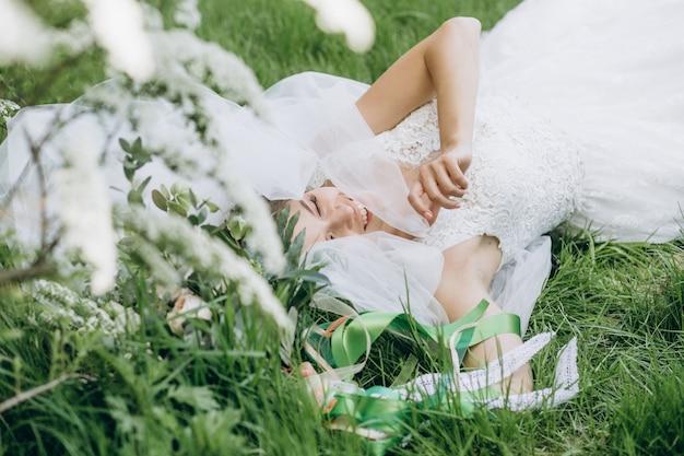 Noiva de mulher segurando um lindo buquê de flores Foto gratuita