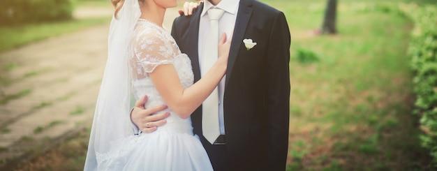 Noiva e noivo abraçando Foto Premium