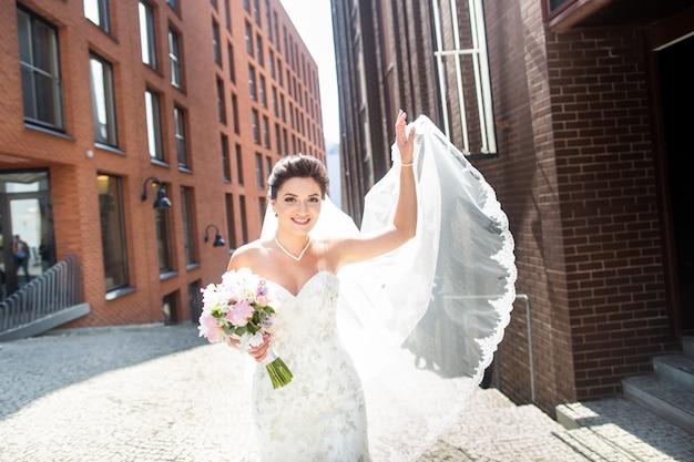 Noiva e noivo andando na cidade, dia do casamento, casamento. noiva e noivo em urbano. jovem casal no dia do casamento. Foto Premium