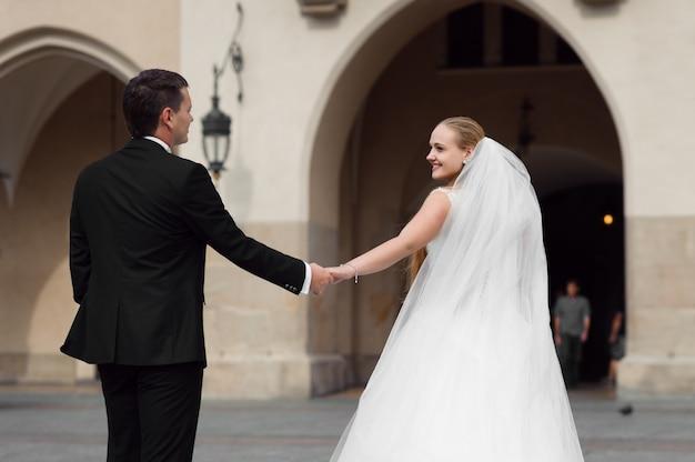 Noiva e noivo antes do casamento Foto gratuita
