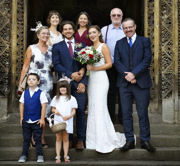 Noiva e noivo com suas famílias Foto Premium