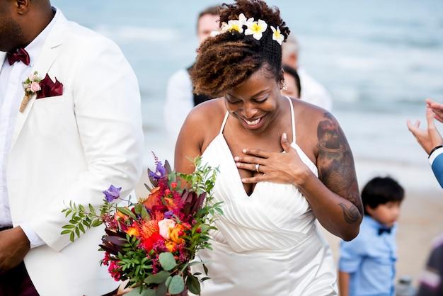 Noiva e noivo em uma cerimônia de casamento em uma ilha tropical Foto Premium