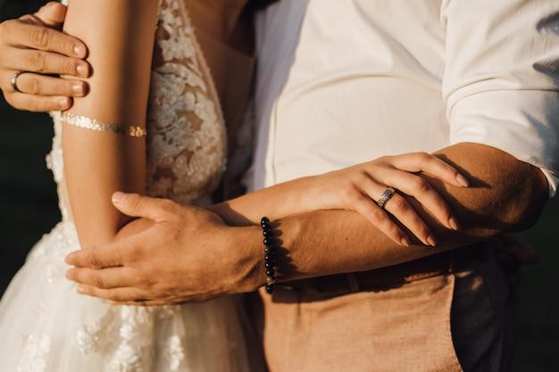 Noiva e noivo estão abraçando, sem rosto Foto gratuita