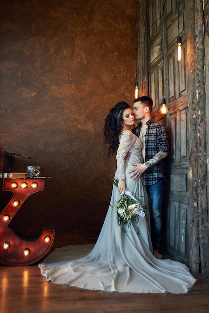 Noiva e noivo estão se preparando de manhã Foto Premium