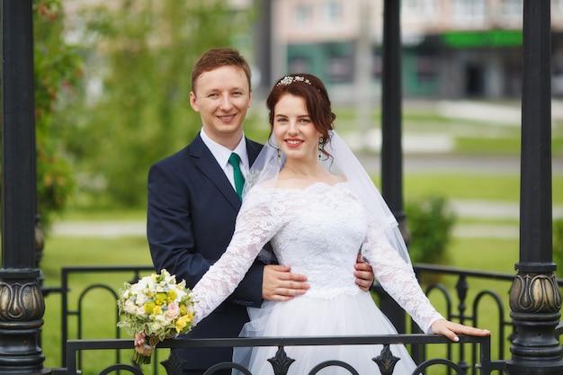 Noiva e noivo felizes novos em seu casamento Foto Premium