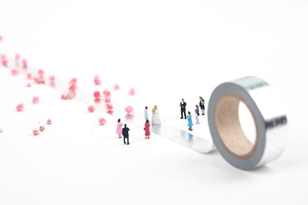 Noiva e noivo miniatura casal em fita de prata Foto Premium