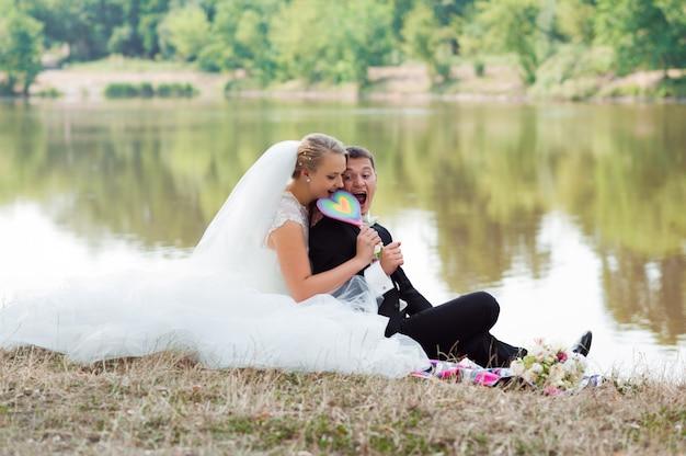 Noiva e noivo na caminhada Foto gratuita