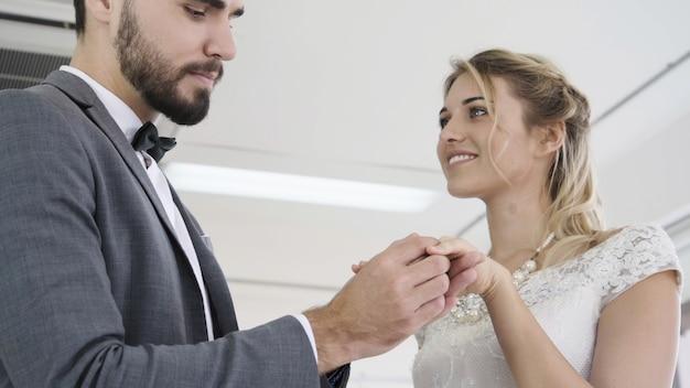 Noiva e noivo vestido de noiva preparar cerimônia. Foto Premium