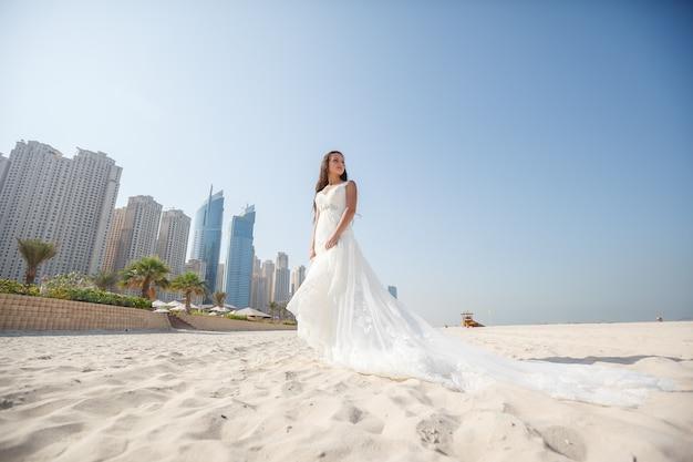 Noiva em lindo casamento na praia em dia ensolarado Foto Premium
