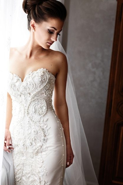 Noiva, em, vestido casamento deslumbrante, com, crystls, e, pérolas, plataformas, antes de, luminoso, janela Foto Premium